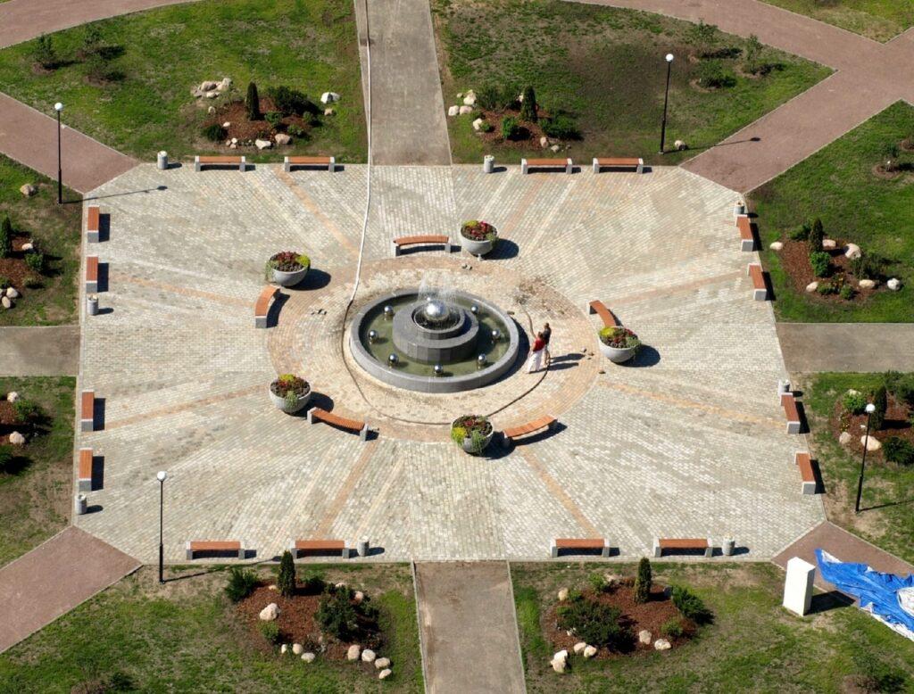площадь с фонтаном чистое небо