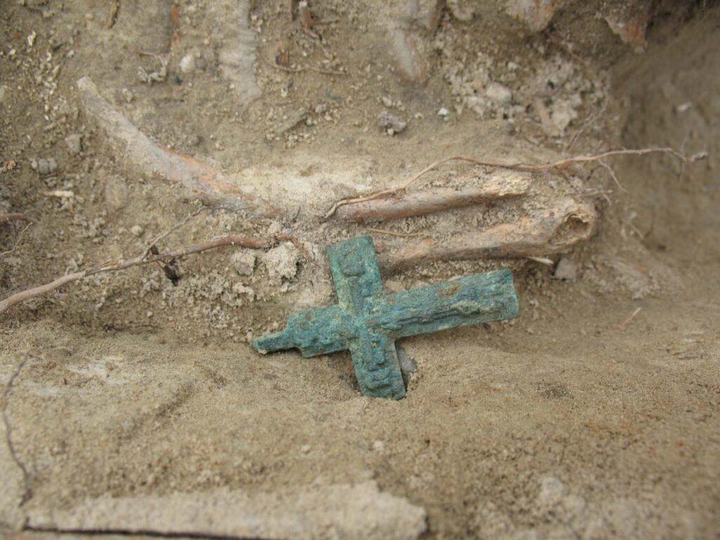 Крестик в могиле. Раскопки 2006–2009 гг.