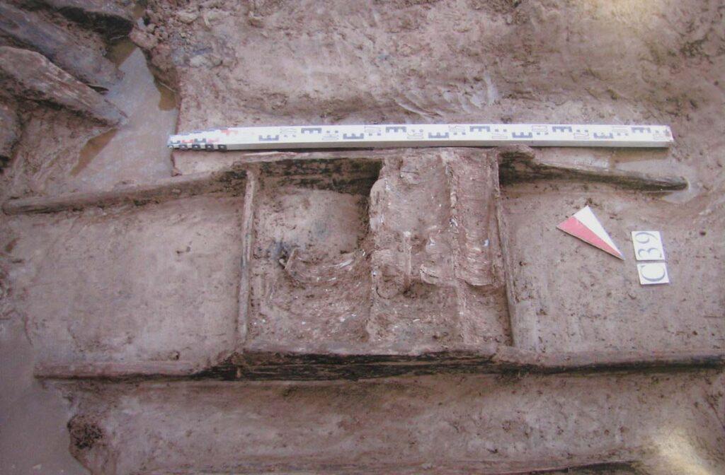 Носилки во рву Ландскроны. 1300 г. Раскопки 2006–2009 гг.