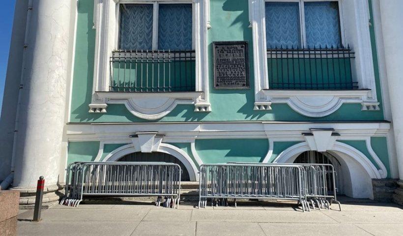 В центре Петербурга начали устанавливать металлические рамки